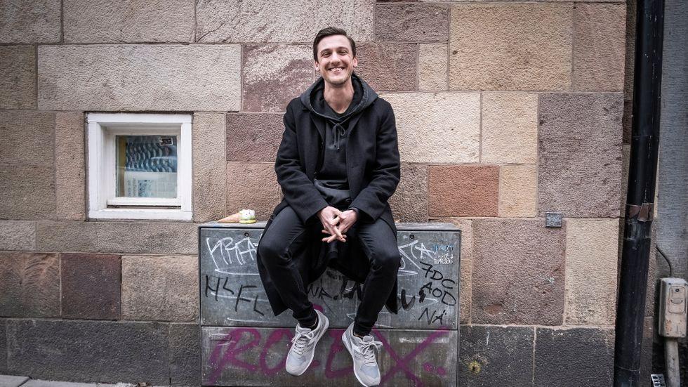 Simon Lussetti har en Youtubekanal där han bland annat jämför bostäder på Hemnet. Över 200000 följer kanalen.