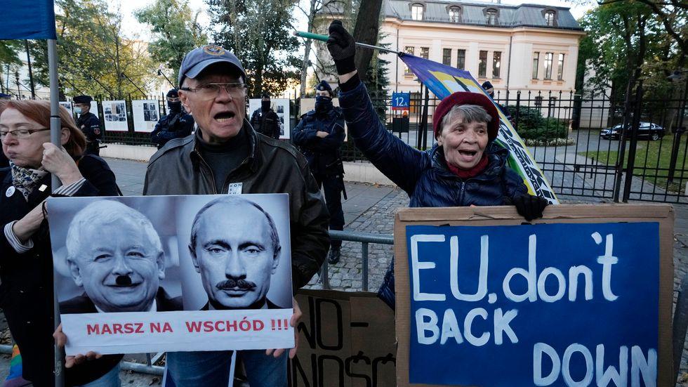 Demonstranter utanför konstitutionsrätten i Warsawa, Polen, under torsdagen.