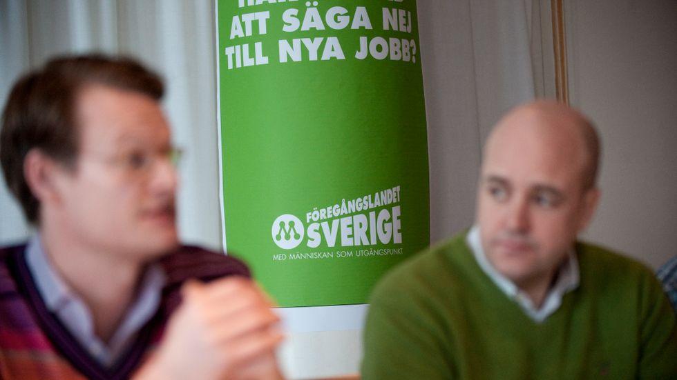 Nya M, här materialiserad av Per Schlingmann och Fredrik Reinfeldt. Arbetslinjen och Ekonomin.
