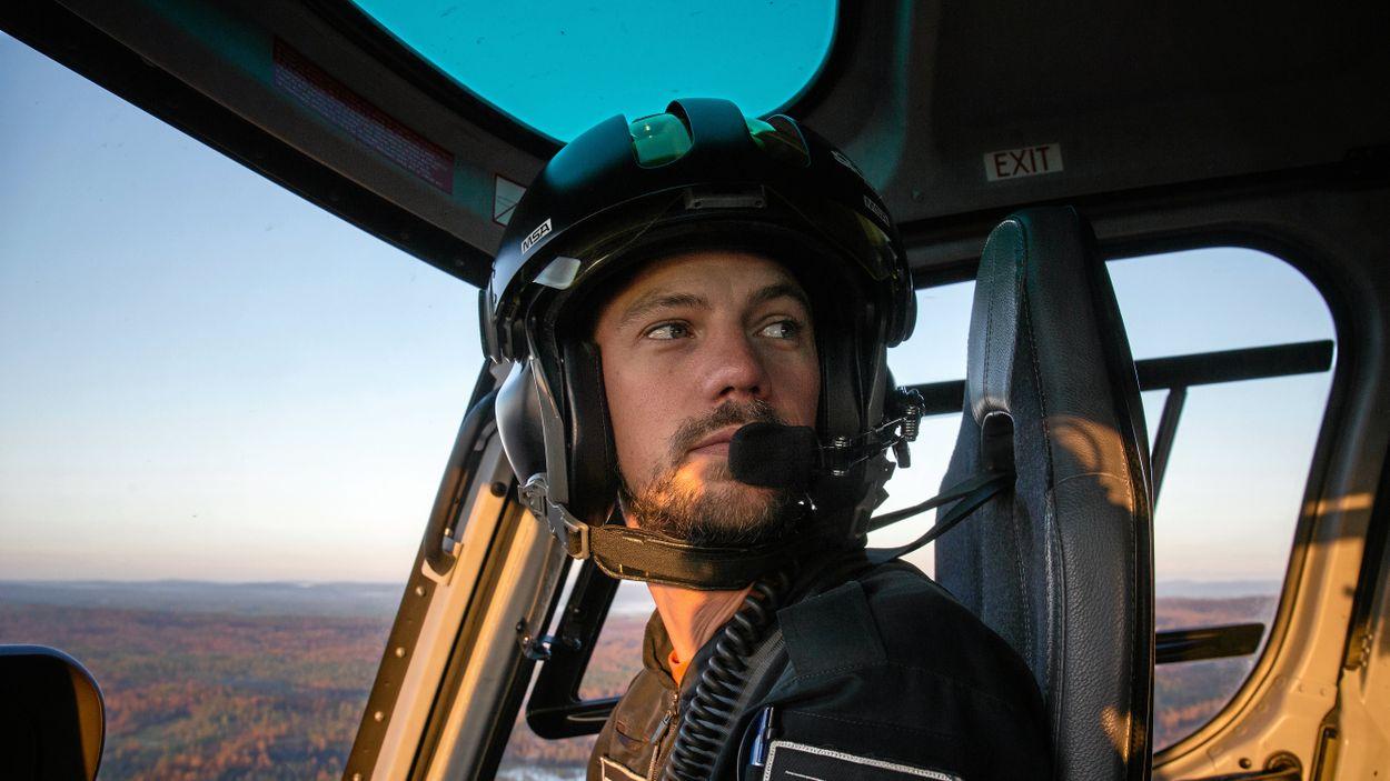 Piloten Kalle Schmidt jobbar för företaget Storm Heliworks och ryckte in från sin semester för att släcka skogsbränderna.