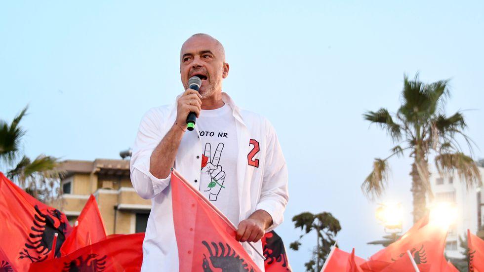Albaniens socialistiske premiärminister Edi Rama ser ut att vinna valet i Albanien. Bilden är från valkampanjens slutspurt i förra veckan.