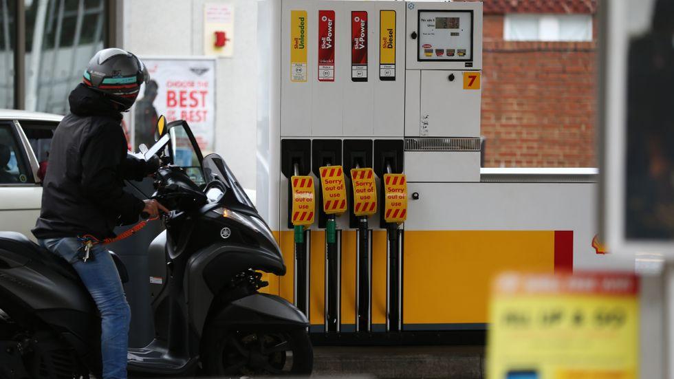 Pumparna på en bensinstation i södra London är ur drift.  En kedja av händelser till följd av bristen på lastbilschaufförer har lett till krisläge – och åtgärderna för att lösa krisen kritiseras.