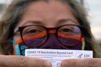 Den mexikanska tandläkaren Alejandra visar upp sitt vaccinationskort efter att hon fått sin andra spruta i Pasadena i Texas i USA.