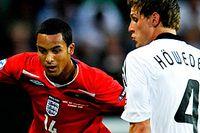 Tyskland vs England. Englands nr 14 Theo Walcott och tysklands nr 4 Benedikt Höwedes i duell om bollen.