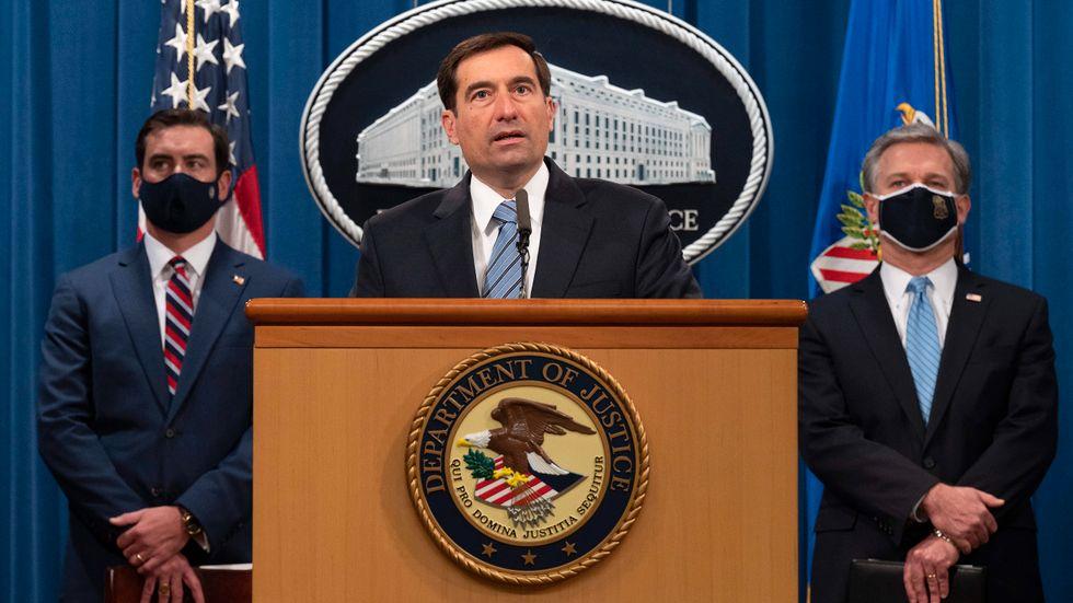 USA:s biträdande justitieminister John Demers meddelar att två ökända IS-medlemmar åtalas.