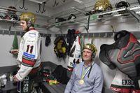 Frölundatränaren Roger Rönnberg njöt iklädd guldhjälm efter SM-guldet.