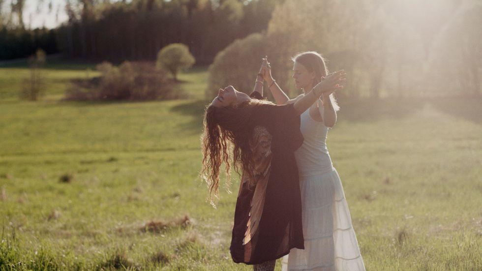"""""""Joana och Bella, Sacred womb women's festival, Ängsbacka, 2017."""" Från fotograf Elin Berges serie """"Awakening"""" om den nya nyandligheten bland kvinnor. Bilderna  är en del av det nordiska fotokollektivet Moments grupputställning """"Almost perfect"""" som visas på Västerbottens Museum fram till den 3 februari 2019."""