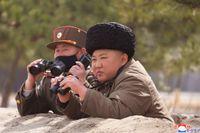 Bild från den statliga nordkoreanska nyhetsbyrån KCNA som sägs visa diktatorn Kim Jong-Un under landets senaste provskjutning på måndagen.