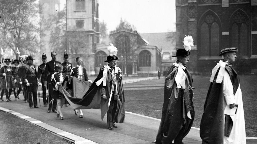 Kung Georg V (mitten) anländer till Westminster abbey, 10 maj 1928.