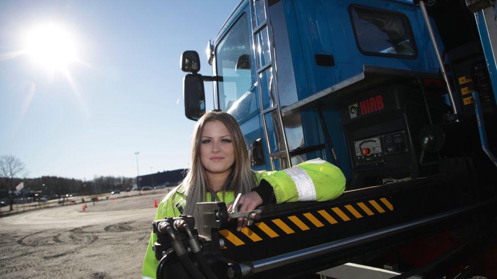 Det är bredden inom yrket som lockar. Sedan är det kul att köra, säger Alice Haraldsson som går ett transportprogram i Kungälv.