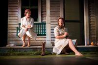 """Kajsa Ernst och Cicilia Sedvall spelar en äldre och en yngre Francesca i """"Broarna i Madison County""""."""