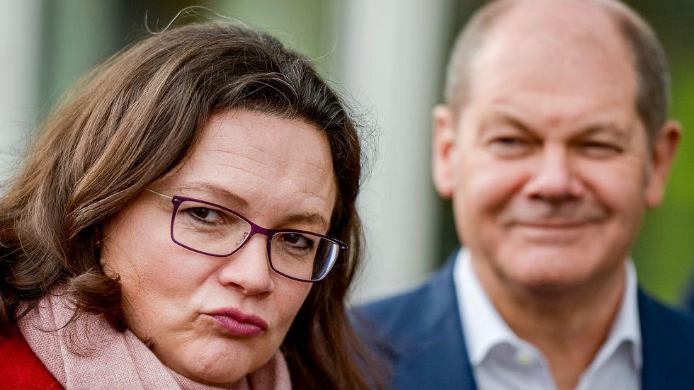 Andrea Nahles, som spås bli vald till tyska Socialdemokraternas partiledare på söndag. I bakgrunden partikamraten och finansministern Olaf Scholz. Arkivbild.