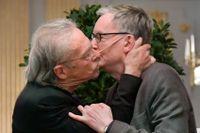 Nobelpristagaren Peter Handke kysser Anders Olsson, ordförande i Nobelkommittén, vid en presskonferens i Stockholm.