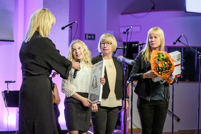 Sofia tog emot sitt pris under minneskonserten för Ebba Åkerlund.