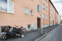 En 18-årig kvinna misstänks ha mördats i centrala Örebro på midsommarnatten. Hon hittades död i en lägenhet under natten. En man, född 1994, har gripits.