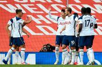 Tottenhams Son Heung-min måljublar tillsammans med lagkamraterna.