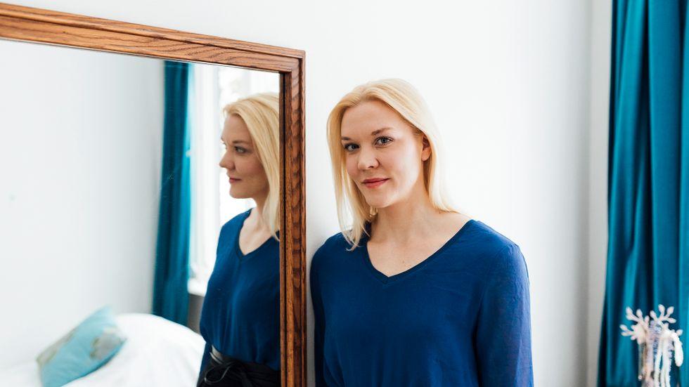 """Den finlandssvenska författaren Johanna Holmström (född 1981) är bosatt i Helsingfors. Hon debuterade år 2003 med novellsamlingen """"Inlåst och andra noveller"""", och belönades med Svenska Dagbladets litteraturpris 2009 för """"Camera obscura""""."""