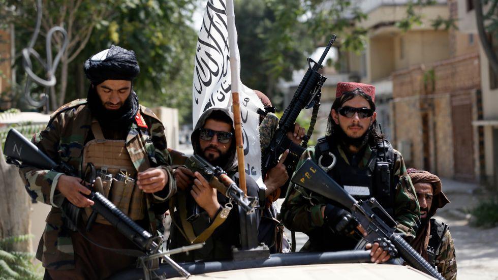 Talibaner åker runt och visar upp sin flagga i Kabul under torsdagen.