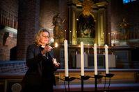 Gina Lindroos tänder ett ljus i adventsljusstaken i Klosters kyrka. I år blir det ingen körsång i advent, men kyrkan står öppen för ljuständning och samtal.