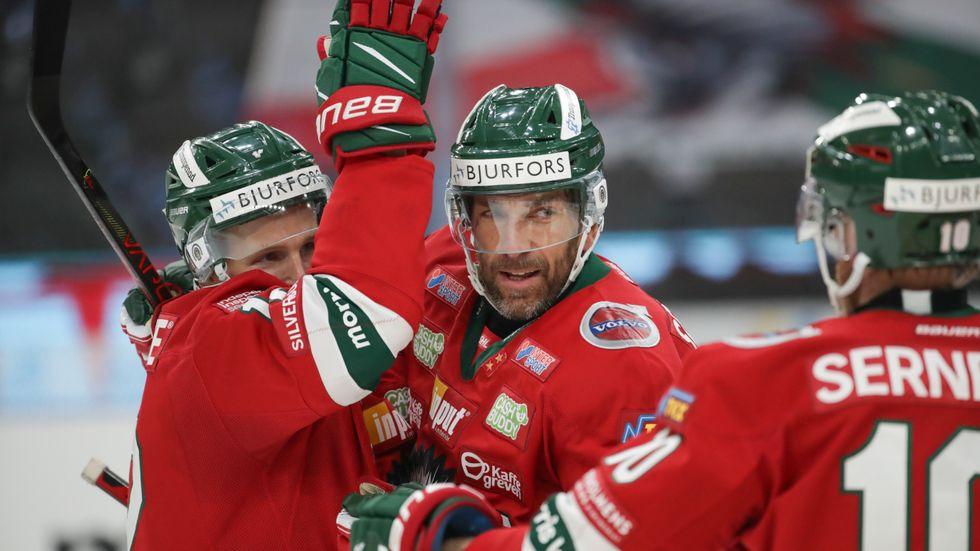 Joel Lundqvist klappas om efter ett av sina mål under SHL-starten. Frölundas lagkapten har förlängt sitt kontrakt med klubben över nästa säsong. Arkivbild.