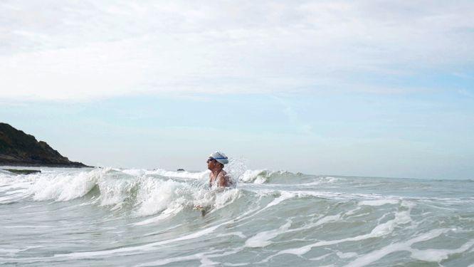 Chloë McCardel slog  i veckan världsrekord när hon simmade i land vid Pointe de la Courte på den franska kusten efter att ha korsat Engelska kanalen för 44:e gången.