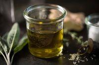 Olivolja står högt upp på listan över mat som du bör äta. Den innehåller flera ämnen med antioxidativ och antiinflammatorisk verkan – och har samma effekt som Ipren, om än i låg dos.