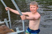 Theo gillar att simma, bada och hoppa från bryggan. Han går även i simskola och många av simmärkena har han tagit där.