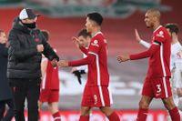 Liverpools tränare Jürgen Klopp tackar spelarna efter segermatchen mot Leicester.