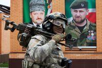 En soldat deltar i övningar i Tsentoroi, sydöst om Tjetjeniens huvudstad Groznyj. På väggen bakom syns porträtt av tidigare ledaren Achmad Kadyrov och sonen Ramzan Kadyrov, nuvarande ledaren. Bild från april 2016.