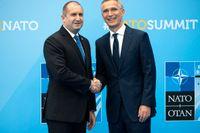 Rumen Radev, här tillsammans med Nato-chefen Jens Stoltenberg (till höger) i Bryssel i juli.