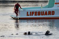 Dykare söker i vattnet där Ali Elmezayen körde ner bilen med sina söner och sin fru i, den 9 april 2015.