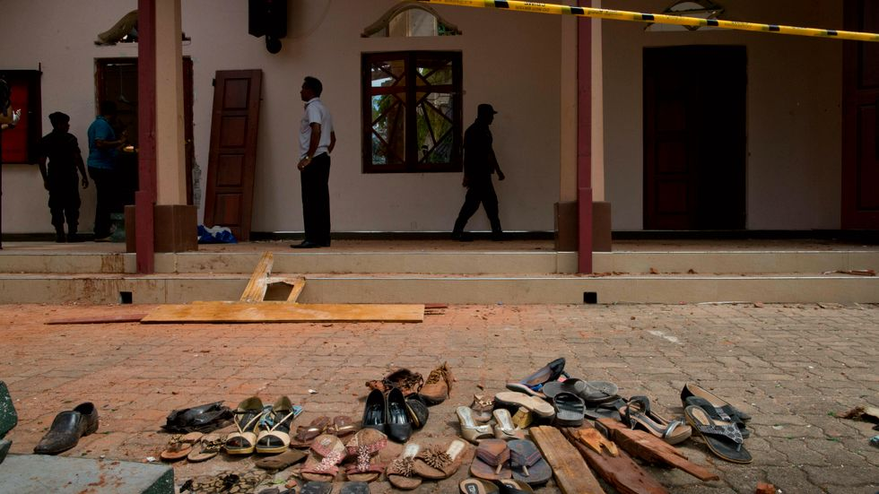 Skor och tillhörigheter som blivit stående utanför S:t Sebatian-kyrkan i Negombo efter attacken där.
