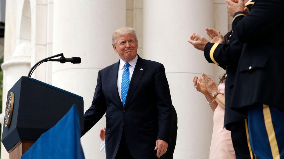 Donald Trump har twittrat flitigt om sin utlandsresa under helgen. Efter massiv kritik för sin tystnad om händelsen på tåget till Portland, har han nu fördömt hatbrottet.