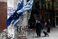 Greklands och EU:s flaggor på en gata i Aten.