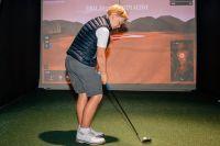 Det gäller att öva ordentligt för att kunna få iväg bollen med kraft så att den kommer dit man önskar, förklarar Frank som spelar golf i en golfsimulator.