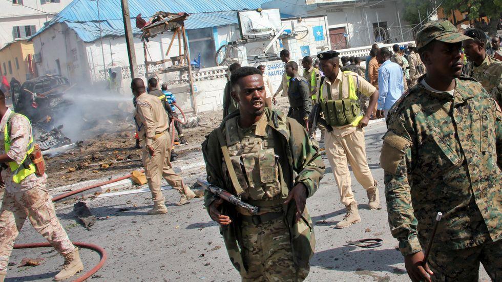 Somaliska säkerhetsstyrkor vid platsen för terrordådet i Mogadishu.