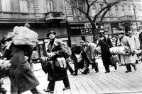 Raoul Wallenbergs eget foto av ungerska judar i Budapest på väg till transporten till Tyskland under andra världskriget.