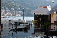Översvämningar efter jordbävningen i hamnen i Vathy på den nordöstra sidan av den grekiska ön Samos.