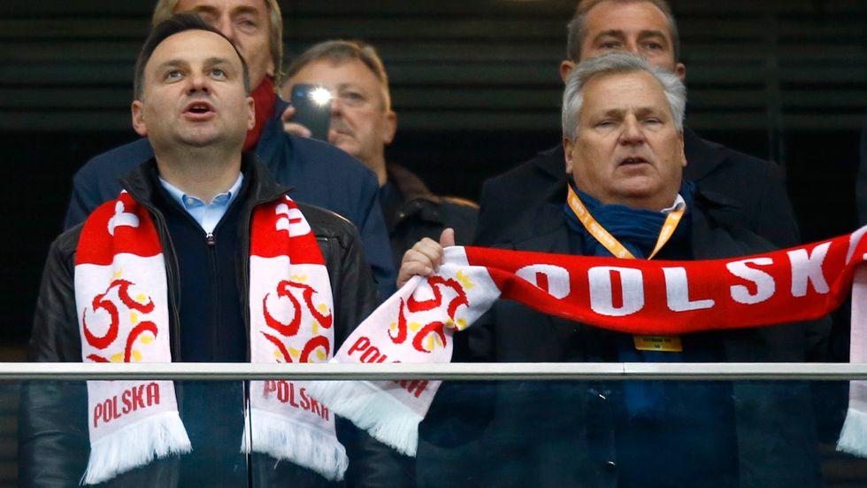 Polens president Duda får snart en ny regering att samarbeta med, här med förföreträdaren Kwasniewski.