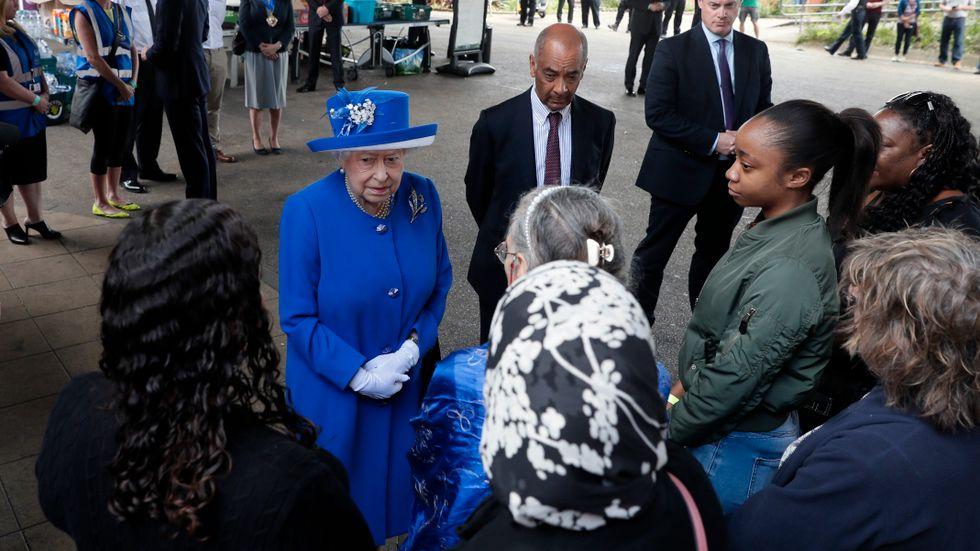 Brittiska drottning ElizabethII hälsade i går på människor som drabbats av höghusbranden i London och hjälparbetare på ett kriscentrum.