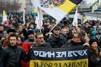 Ryska nationalister i en demonstration 2011. Överst i bild en rysk imperisk flagga.