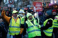 """Frankrikes """"gula västar"""" vid en demonstration i Paris 2019. Höjda bensinpriser som en följd av nya klimatåtgärder låg bakom en stor del av ilskan bakom de stora protester som rasade i Frankrike under 2018 och 2019. Arkivfoto."""