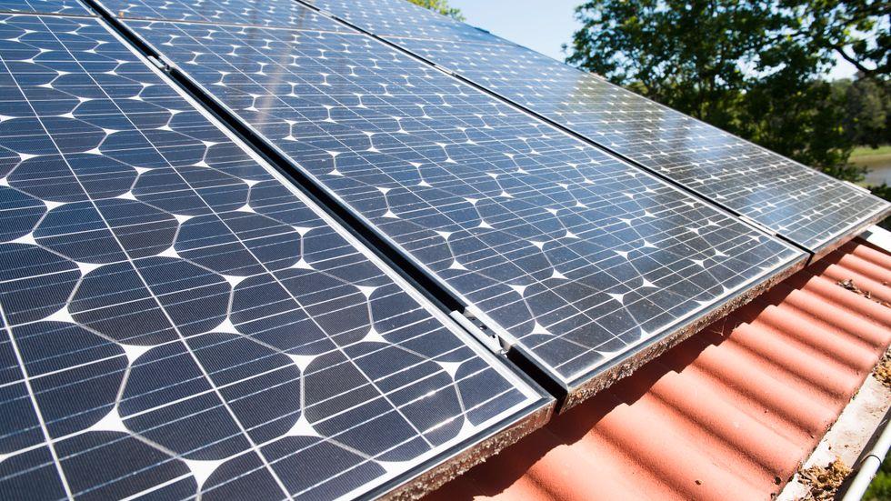 En villa med solpaneler på taket. Arkivbild från Västerås.