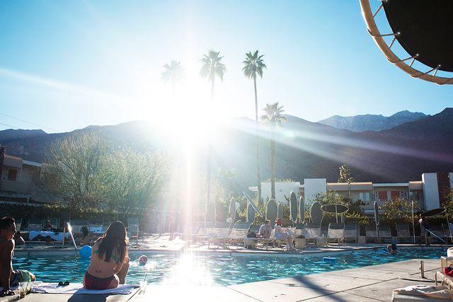 Amerikansk västkust, strålande sol och en turnébuss. Nina Lacour skildrar en känslofylld resa mot vuxenlivet.