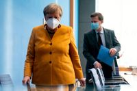 Tysklands förbundskansler Angela Merkel och hennes talesperson Steffen Seibert. Arkivbild.