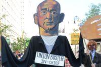 Bild av Jeff Bezos vid protester i New York mot arbetsvillkoren i hans företag.