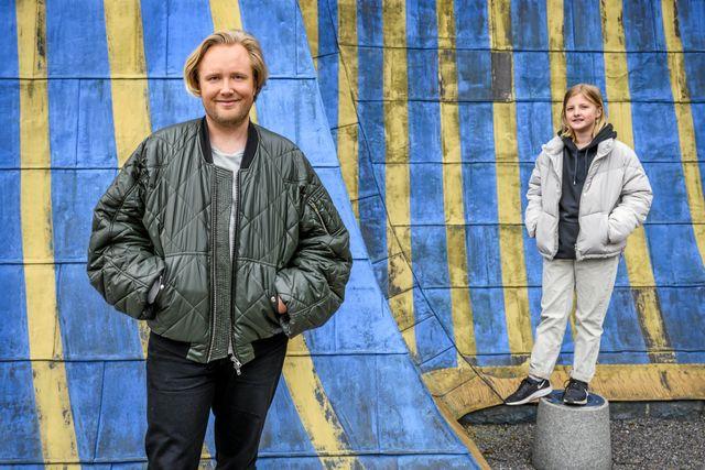 Edvin Törnblom är 24 år och jobbar som poddare och programledare. Här tillsammans med Juniorreporter Rut, 11 år. Foto: Ari Luostarinen