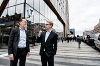 Stockholms trafikborgarråd Daniel Helldén (MP) och trafiklandstingsråd Kristoffer Tamsons (M) sida vid sida och småpratar.