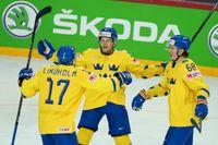 Pär Lindholm (17), Max Friberg och Victor Olofsson (68) jublar över den svenska segern.