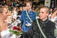 """Medlemmar i """"Burschenschaften"""", bokstavligen """"pojksällskap"""" dansar vals iklädda sina traditionella studentföreningsuniformer på akademikerbalen i Wien."""